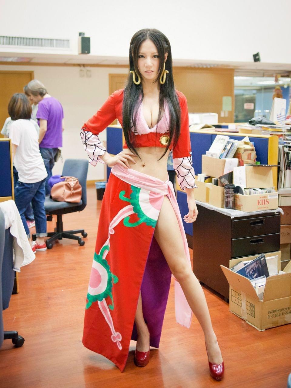 セクシーな民族衣裳の外国人美女 2