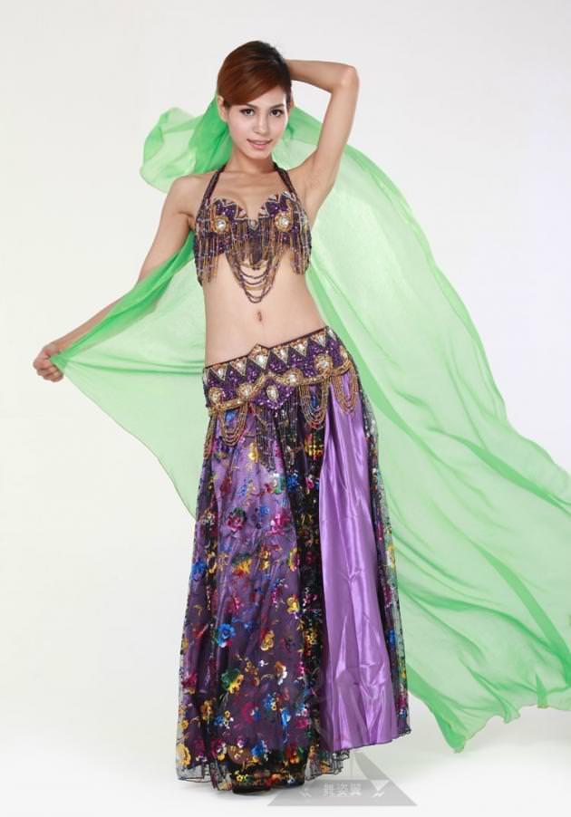 セクシーな民族衣裳の外国人美女 24