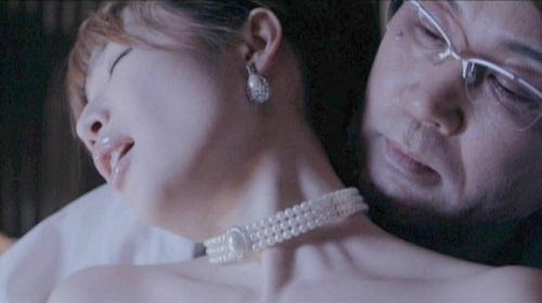 森下悠里 映画【ハニー・フラッパーズ】枕営業するキャバ嬢!マンされその指をしゃぶるドスケベ女?