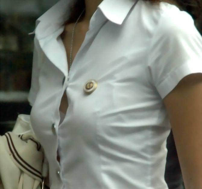 シャツのボタンの隙間から見える胸チラ 8