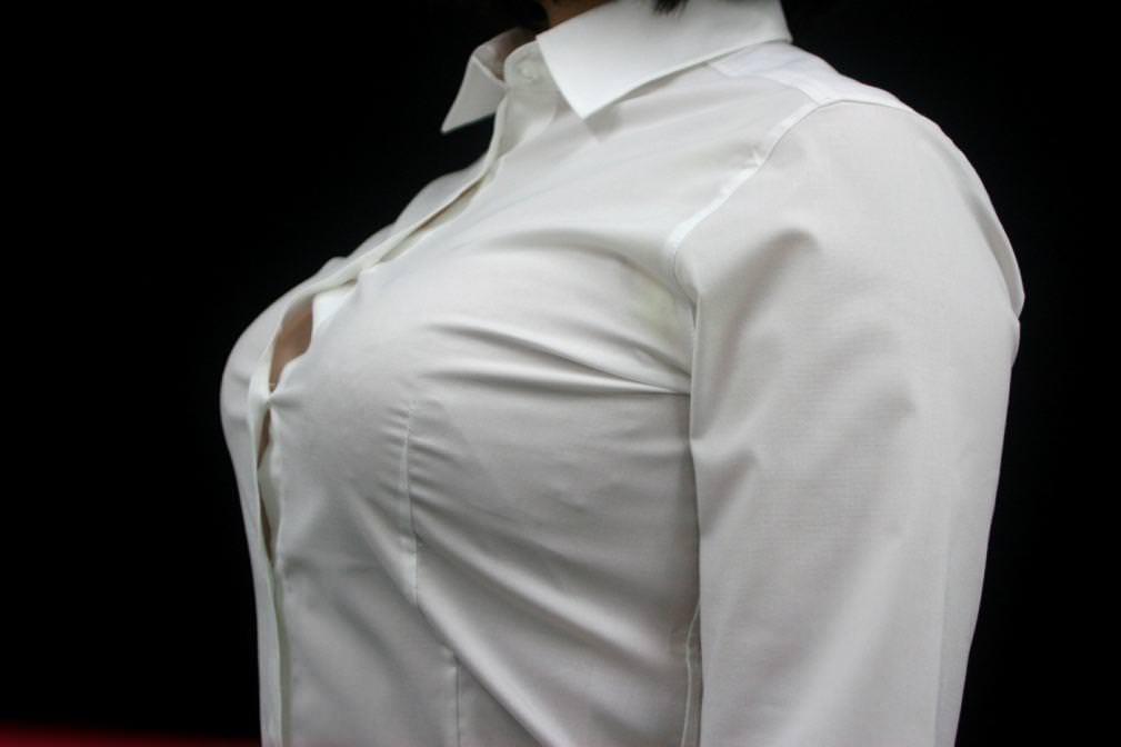 シャツのボタンの隙間から見える胸チラ 15