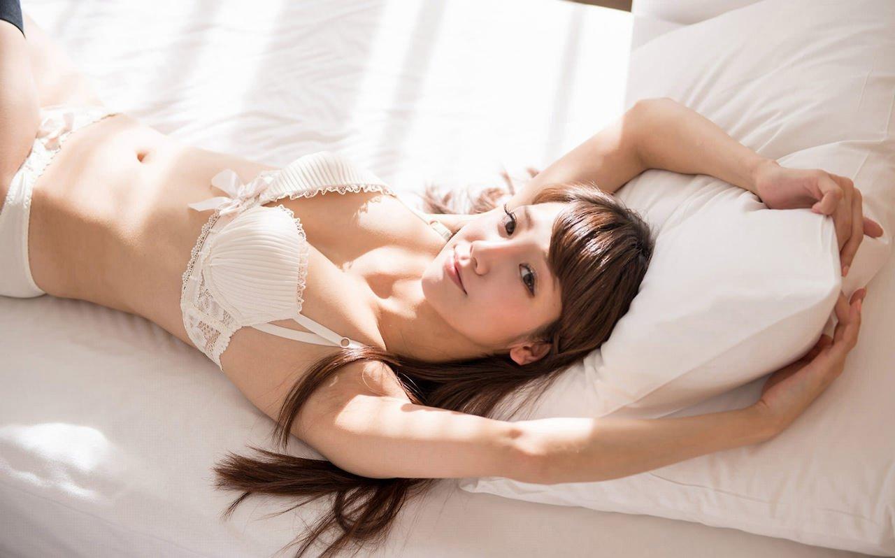 寝そべって誘惑してくる美女 32