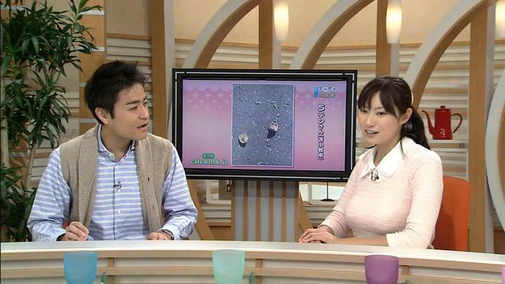 【画像】NHK千葉雅美アナのHカップ胸が机にのっかるほど爆乳で過激でエロいと2chで話題にwwww
