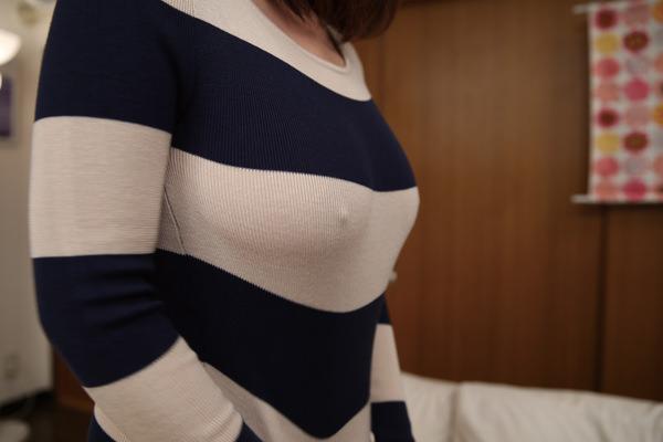 乳首ポッチしてるノーブラニット 4