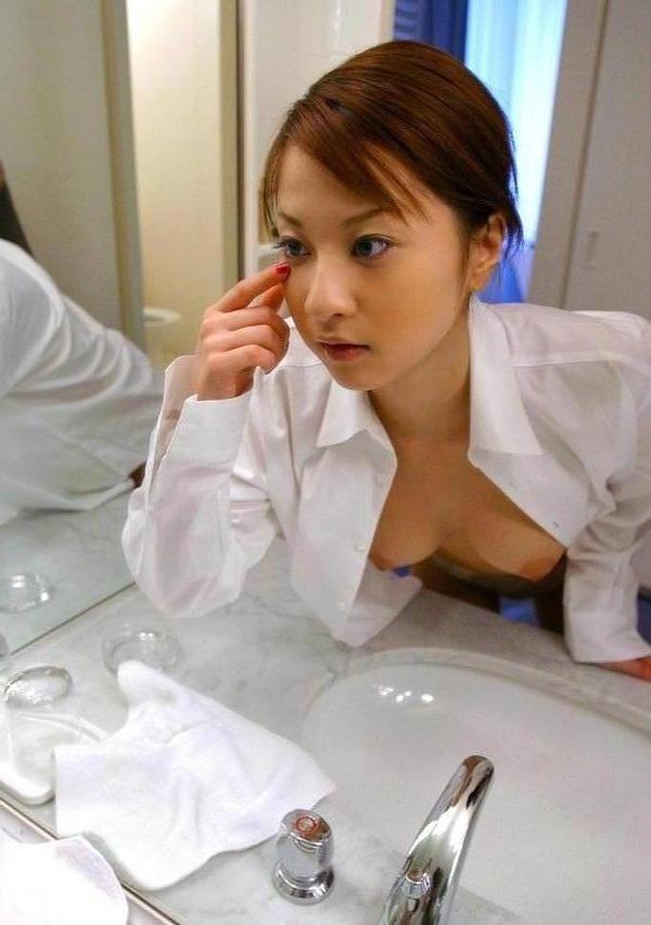 ノーブラで白シャツ羽織ってる女の子 2