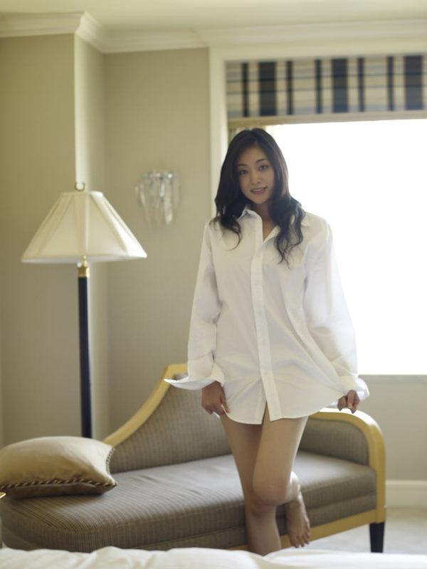 ノーブラで白シャツ羽織ってる女の子 9