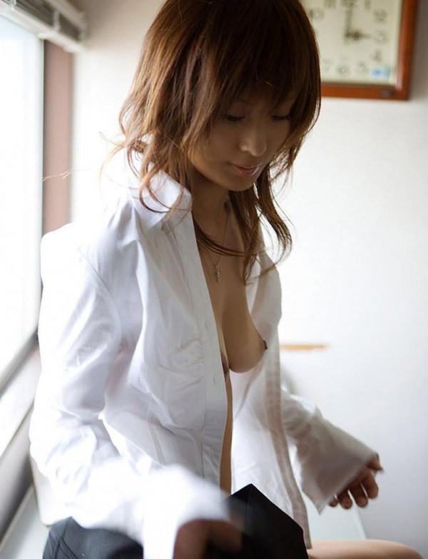 ノーブラで白シャツ羽織ってる女の子 19