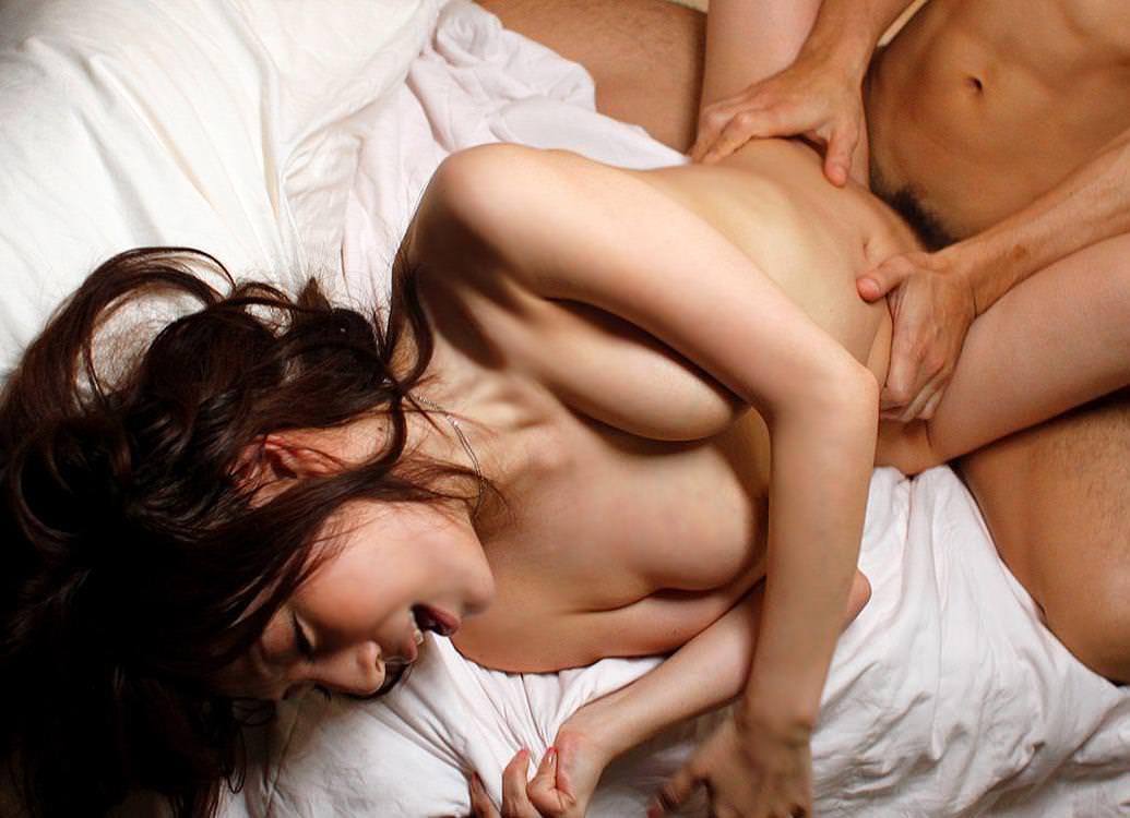正常位セックスに仰け反りで感じる女の子 11
