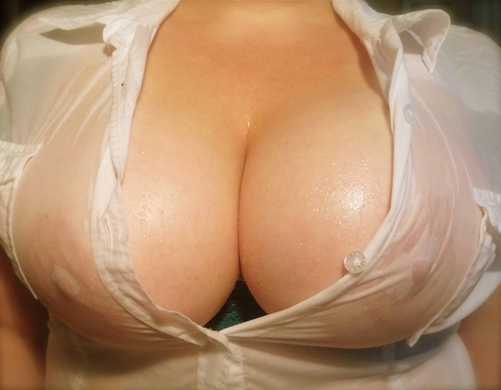 濡れシャツの透け乳首 7