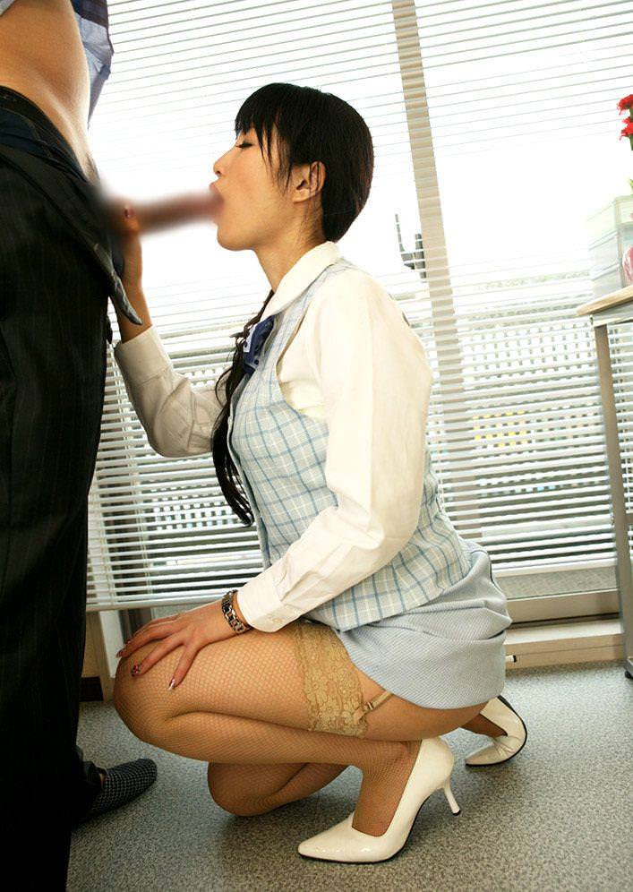 勤務中にフェラチオ奉仕する美人OL 23