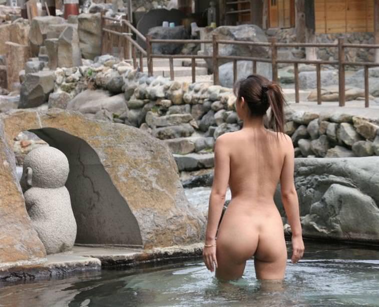美女の温泉浴 3