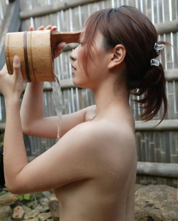温泉でかけ湯してる全裸美女 10