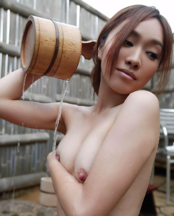 温泉でかけ湯してる全裸美女 12