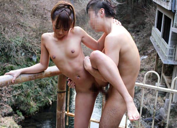 温泉宿の貸切風呂でセックス 9