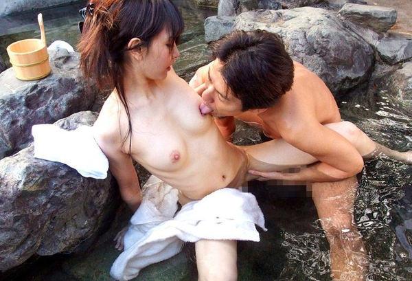 温泉宿の貸切風呂でセックス 11