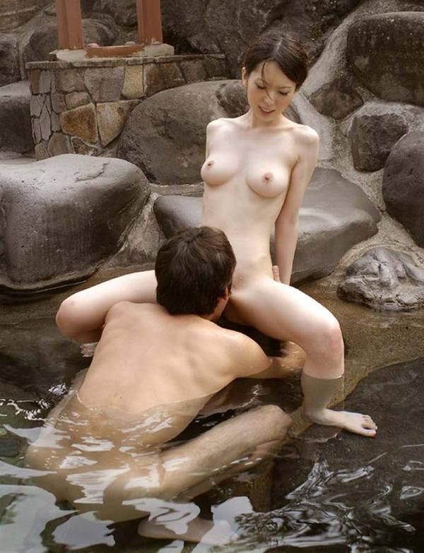 温泉宿の貸切風呂でセックス 21