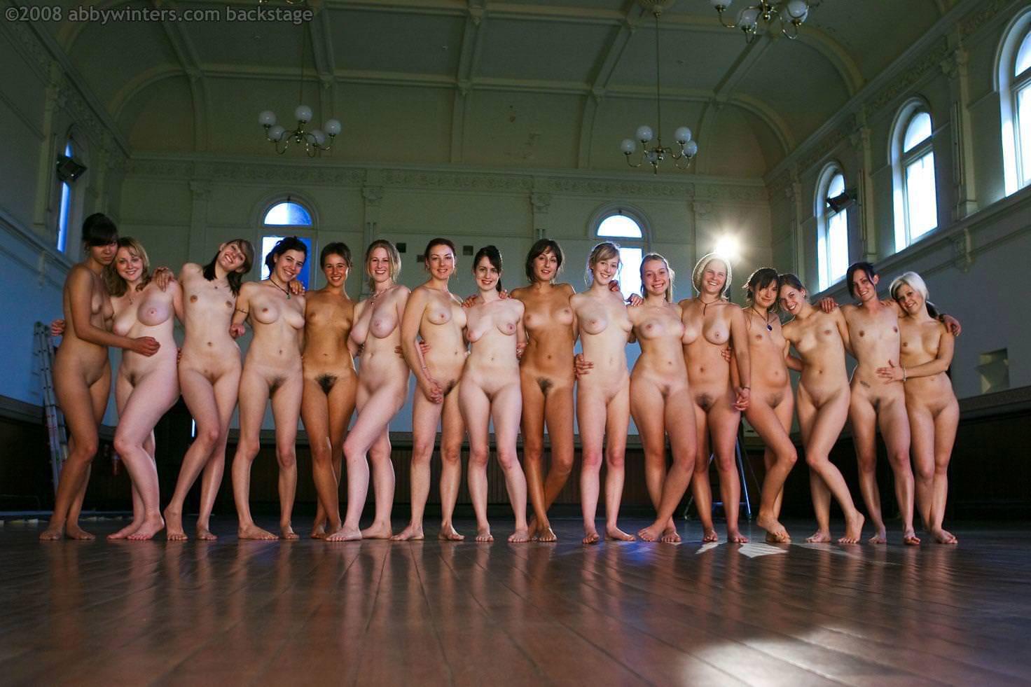 大人数の女性の全裸 1