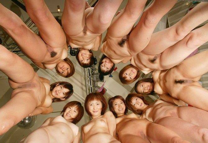 大人数の女性の全裸 8