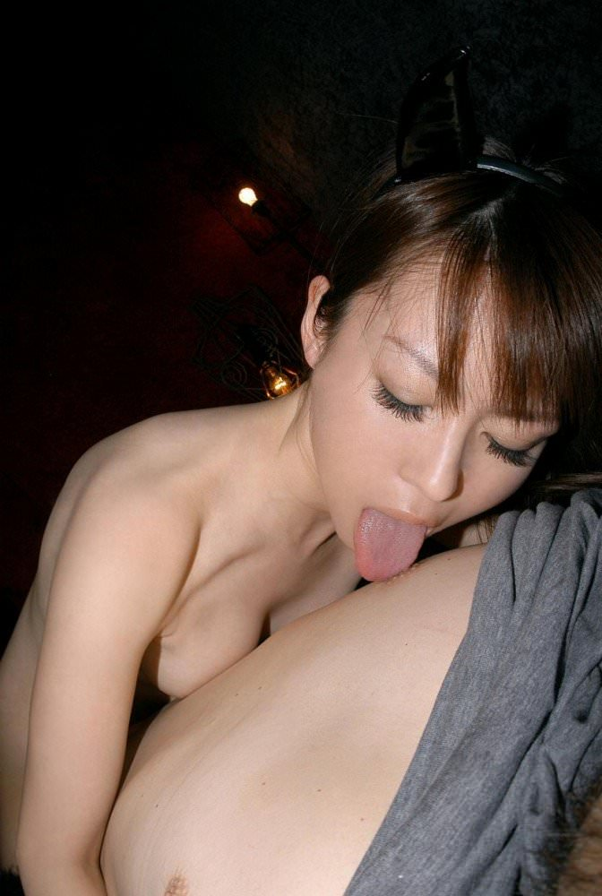 男の乳首舐めしてる女の子 21