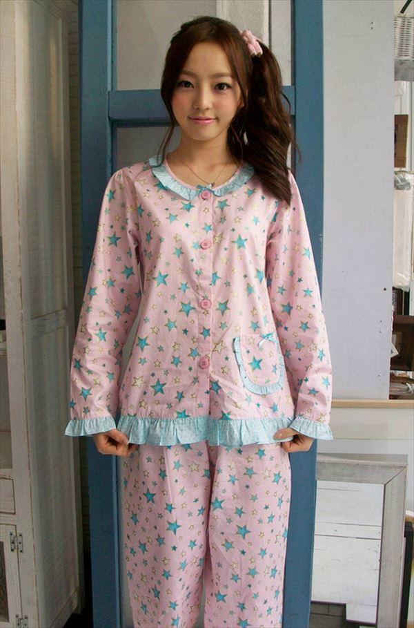 パジャマ姿の女の子 22
