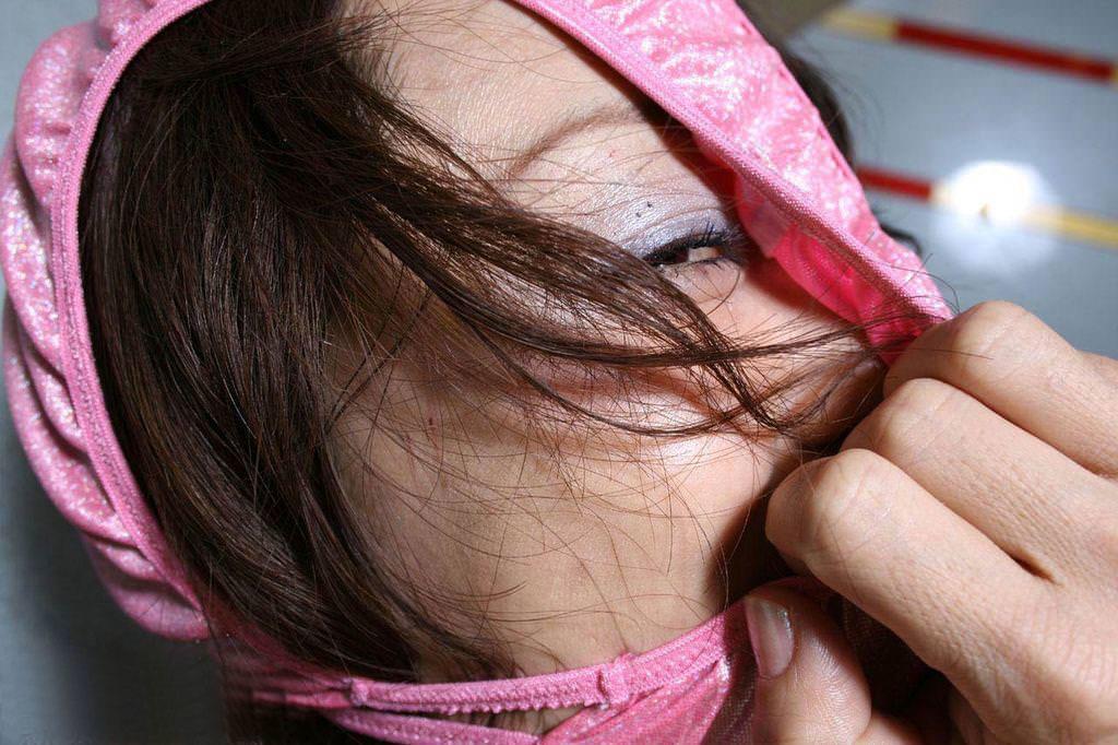 パンツを頭から被ってる素人女性 4
