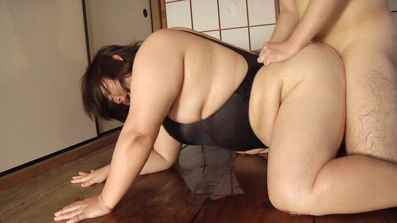 ぽっちゃりな女の子のスクール水着姿 12