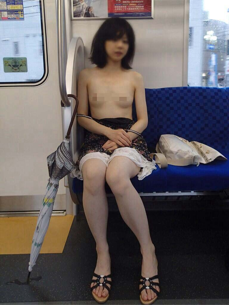 【H画像】電車内でおっぱい丸出しの女が見つかるwwwwwwwwwwwww