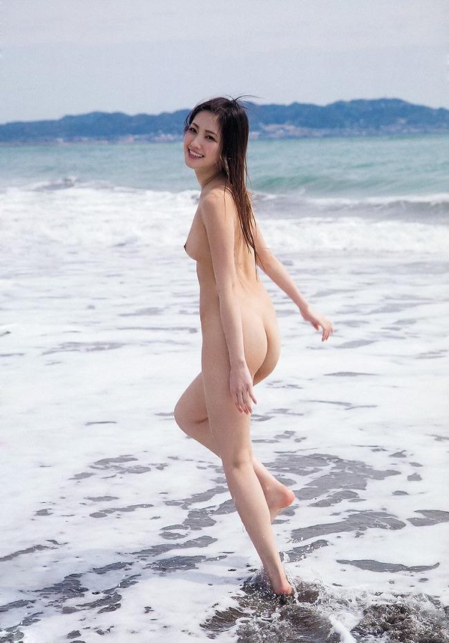 海辺でヌード 4