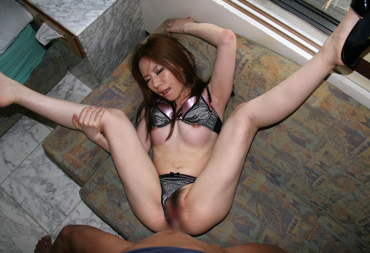 正常位中に自分で脚を抱えてる女の子 12