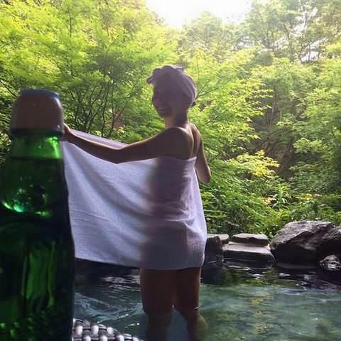 芹那(30)「露天風呂でタオル外すよ!」パシャ⇒ バスタオルから身体のシルエットが透け透け・・・