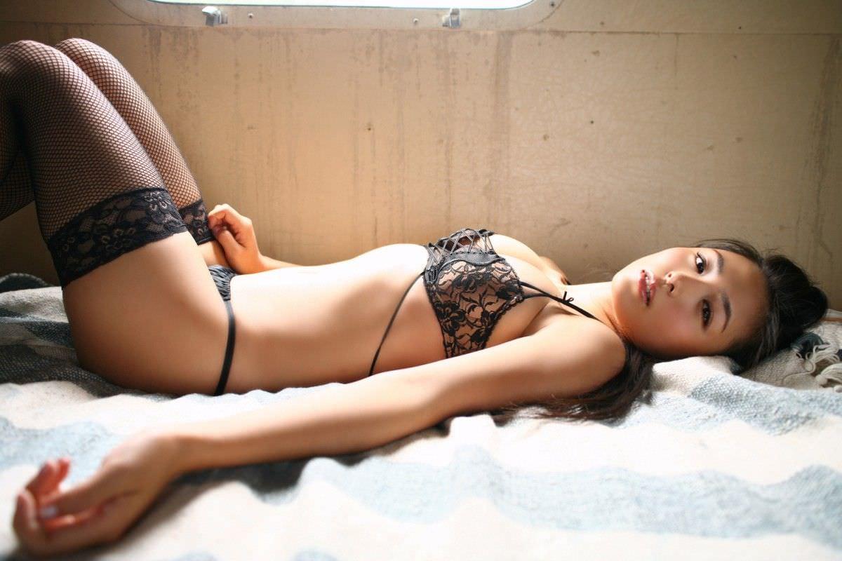 セクシーランジェリーで誘惑する美女 2