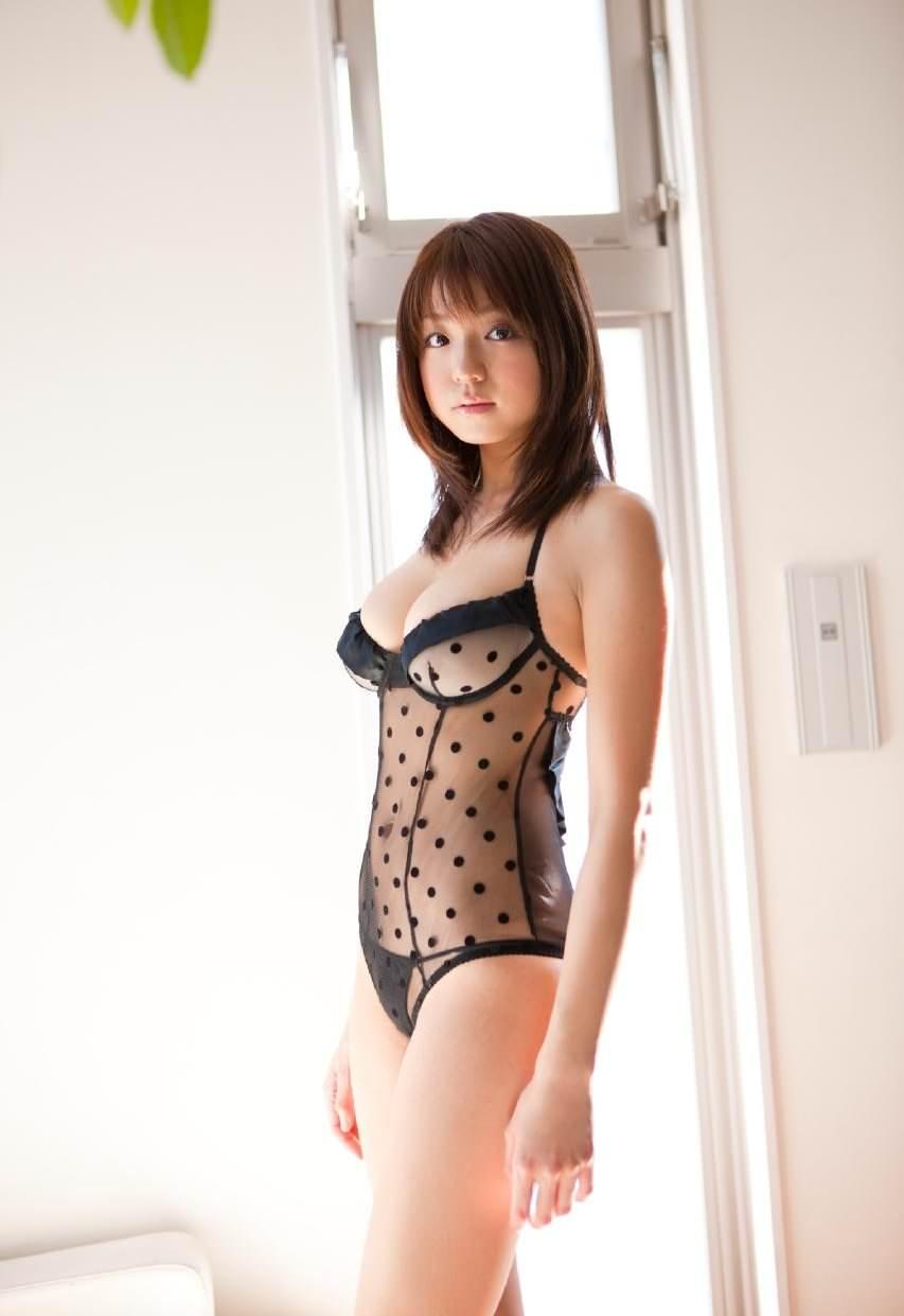 セクシーランジェリーで誘惑する美女 6