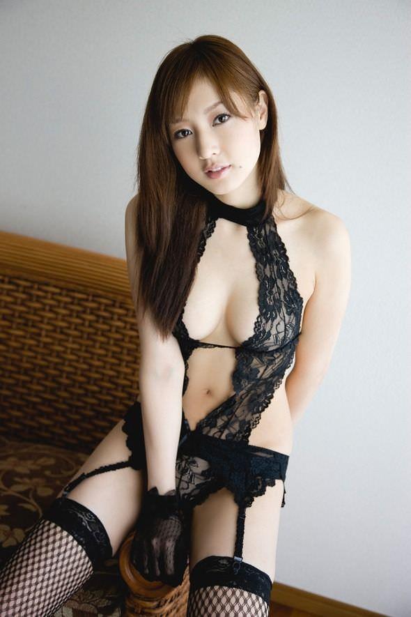 セクシーランジェリーで誘惑する美女 21
