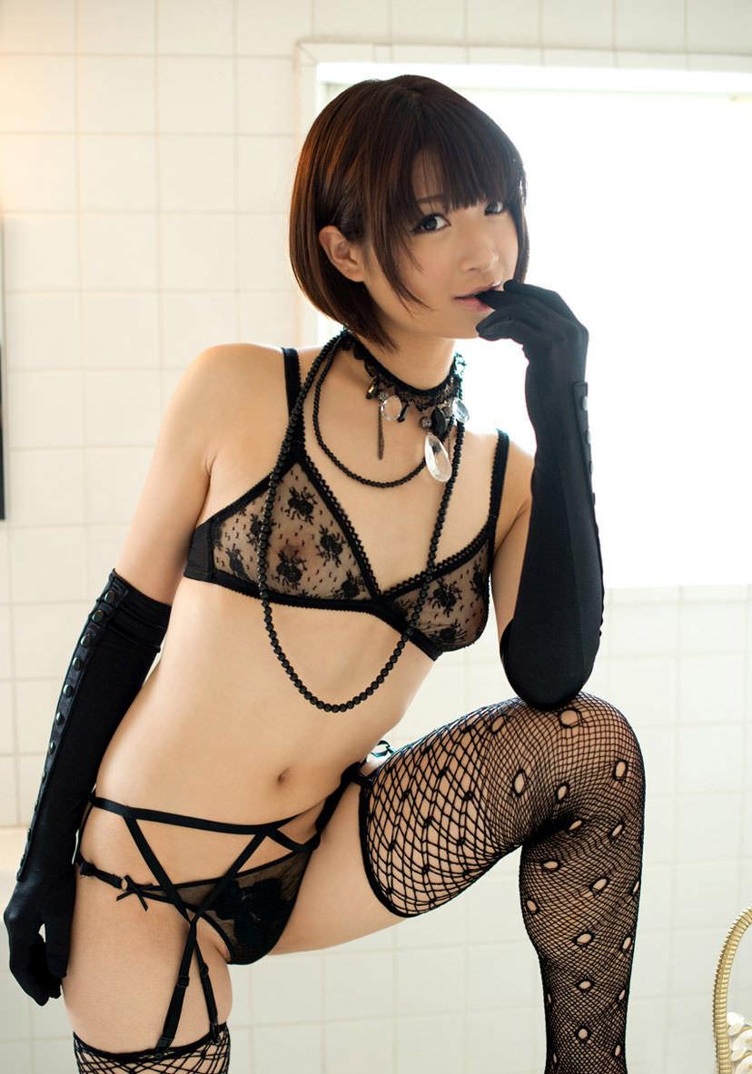 セクシーランジェリーで誘惑する美女 26
