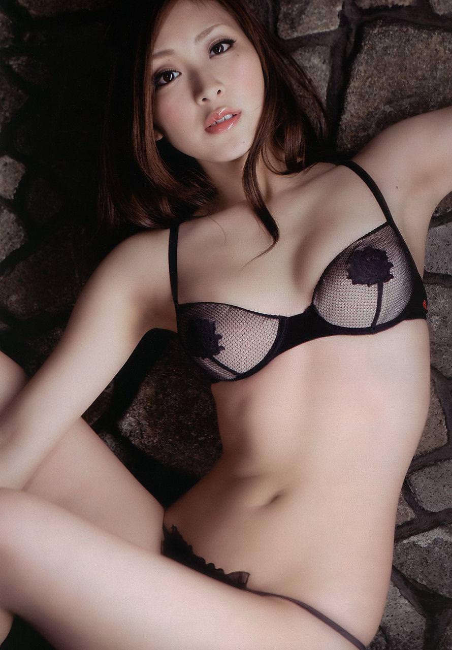 セクシーランジェリーで誘惑する美女 31