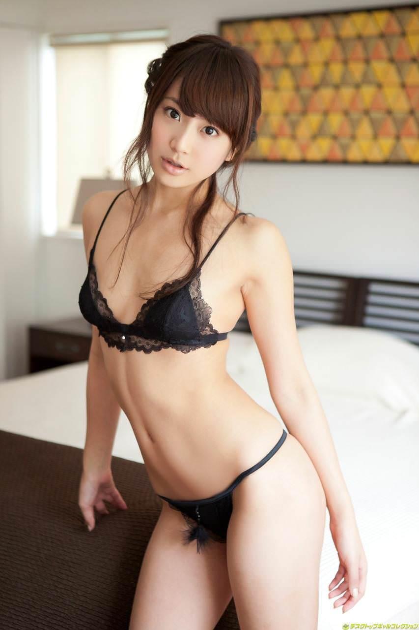 セクシーランジェリーで誘惑する美女 33