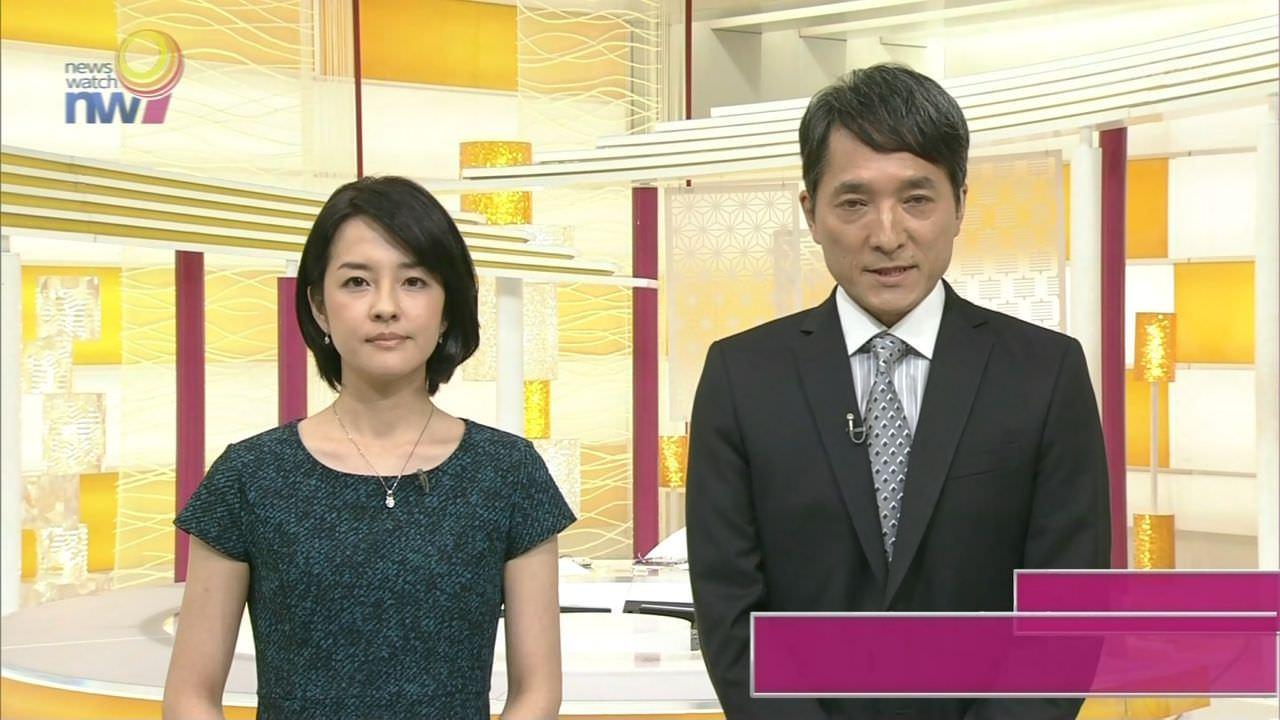鈴木奈穂子アナが前かがみになって胸元の中がモロ見え!!!