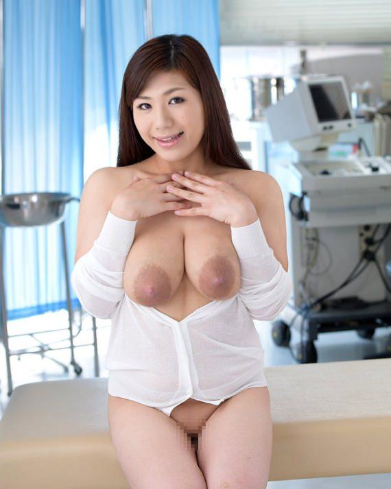 垂れ乳でデカ乳輪 14