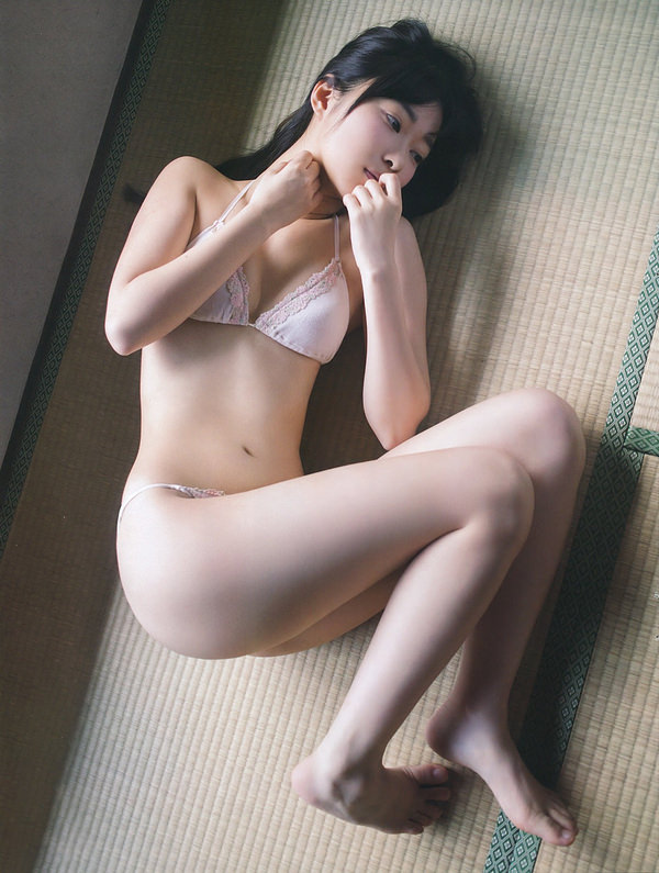 畳の上で水着 5