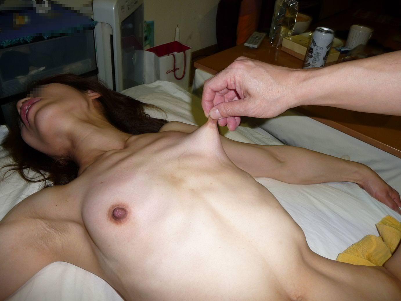乳首つまみ 13