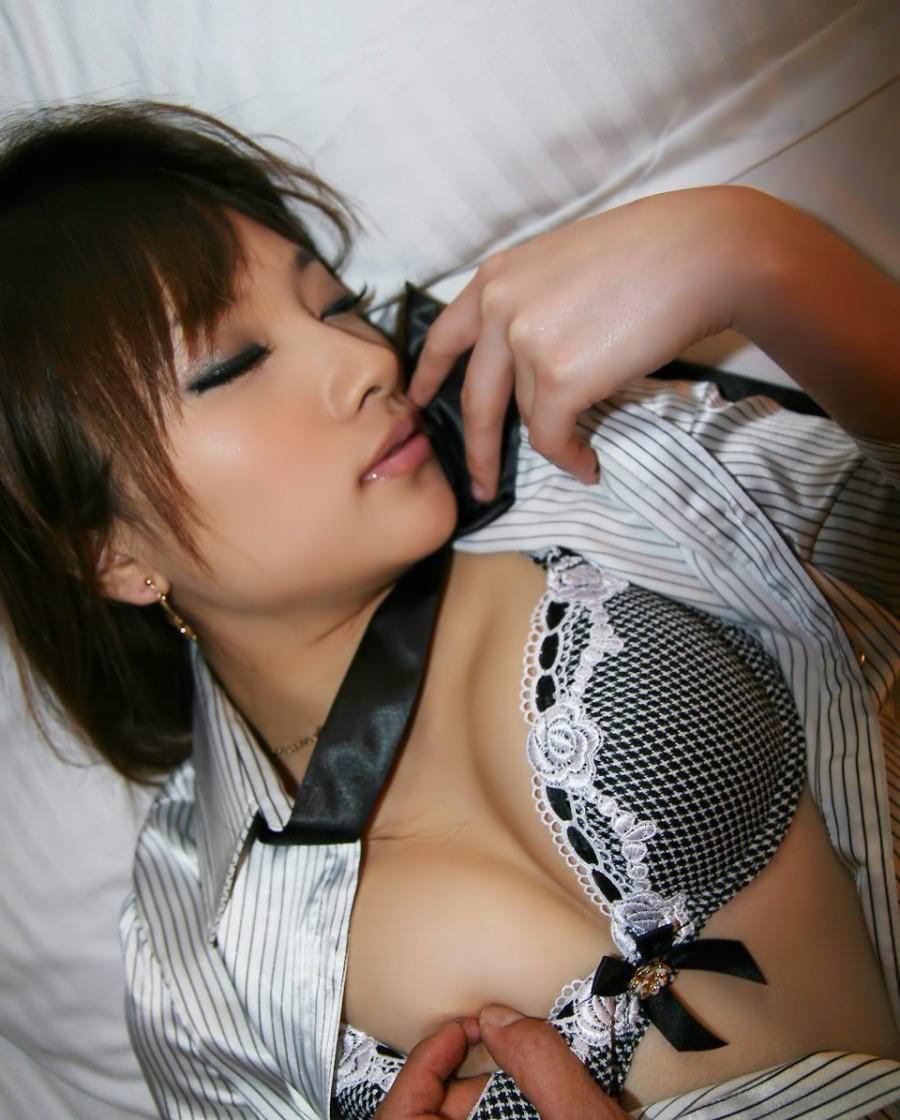 乳首つまみ 21