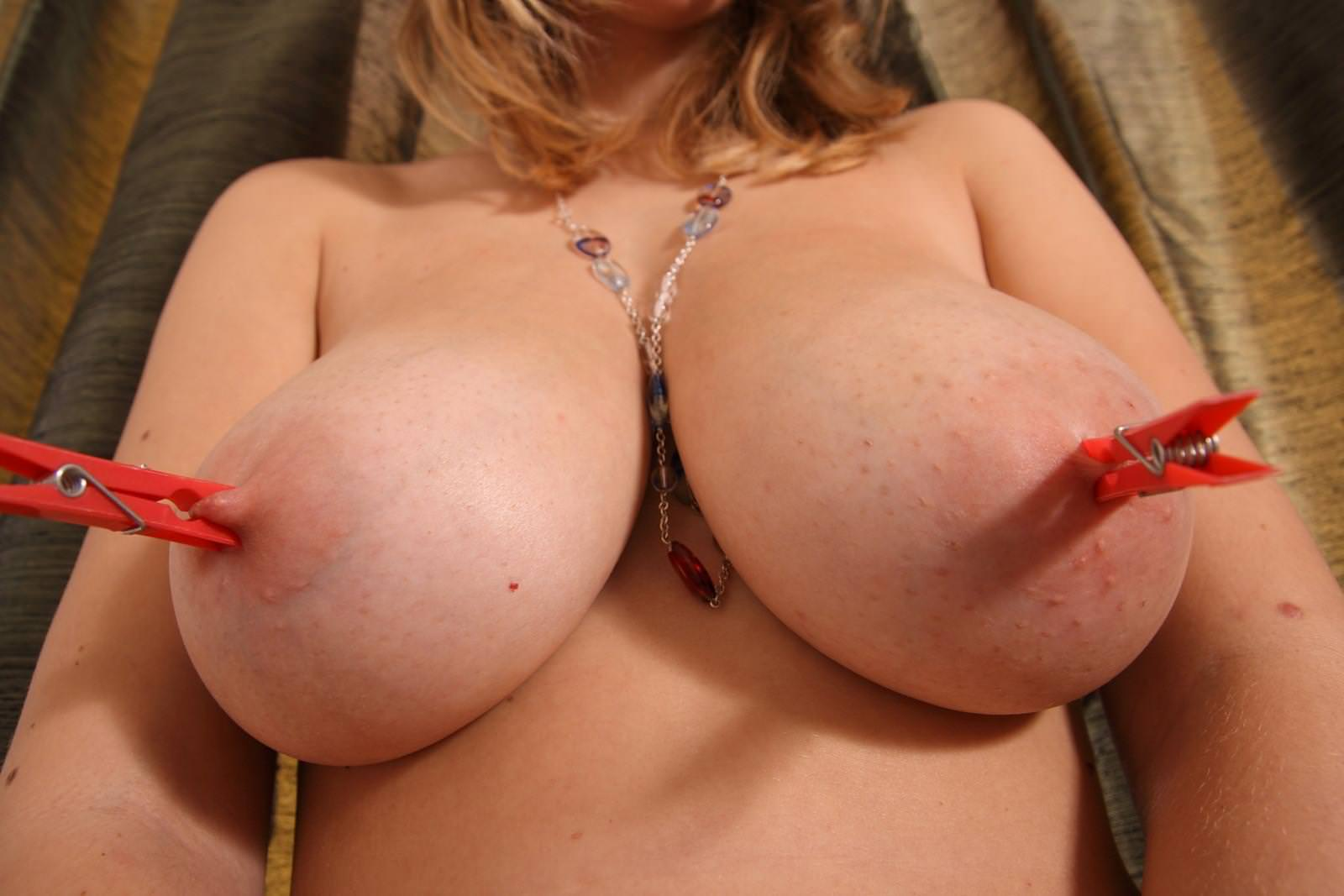乳首を洗濯バサミやクリップで責められてる女の子 19