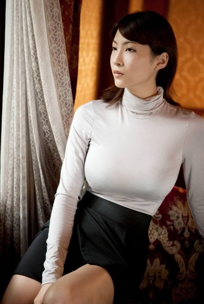 タートルネックの着衣巨乳 15