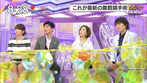吉田明世アナ、股緩すぎて黒いの見えた!この女子アナ、胸チラパンチラ率高すぎ!