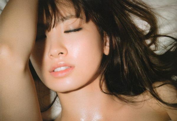 小嶋陽菜の目の保養に成るエッチで綺麗な画像