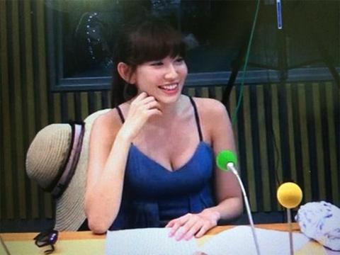 小嶋陽菜が谷間丸見え衣装でラジオ出演!見た目が完全に風俗嬢wwwww