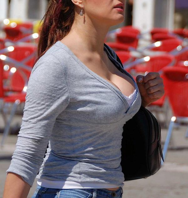 街撮りの外国人素人の着衣巨乳 12