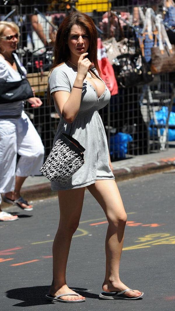 街撮りの外国人素人の着衣巨乳 18