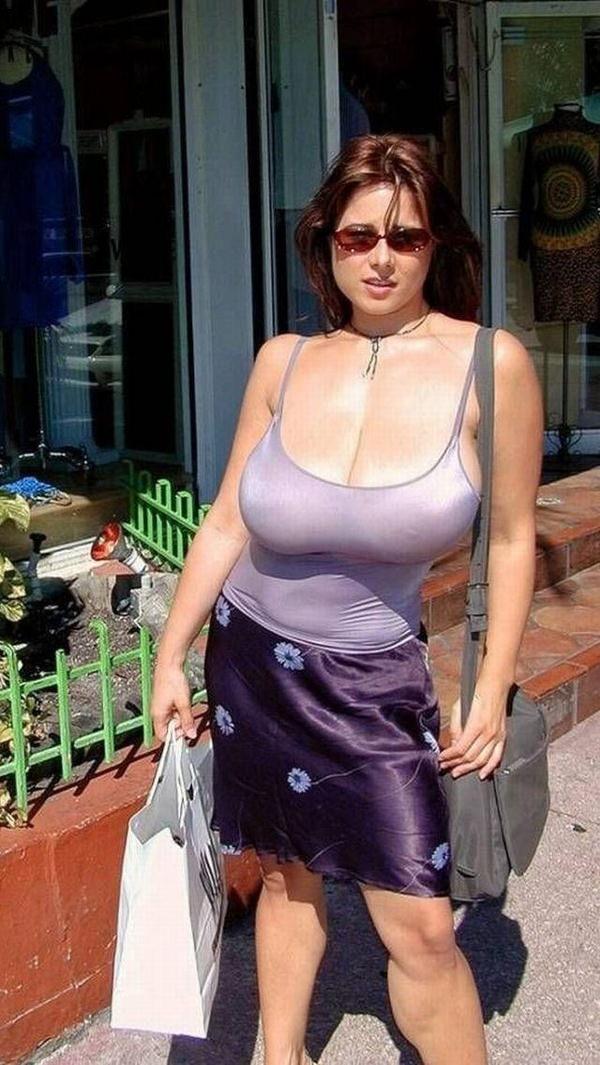 街撮りの外国人素人の着衣巨乳 23