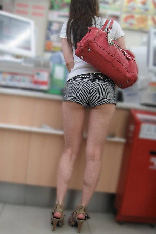 ホットパンツ穿いた外国人美女のハミ尻 1